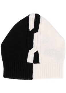 D.Exterior two-tone cable-knit beanie