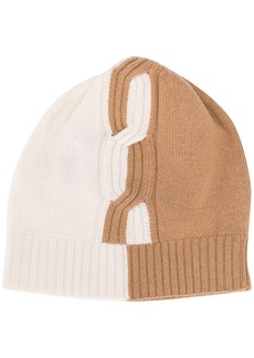 D.Exterior two-tone cable knit beanie