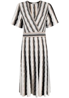 D.Exterior V-neck short-sleeve dress